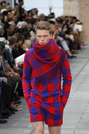 Louis Vuitton schickt 2012 Männer mit den für die Massai typischen roten Karos auf den Laufsteg.