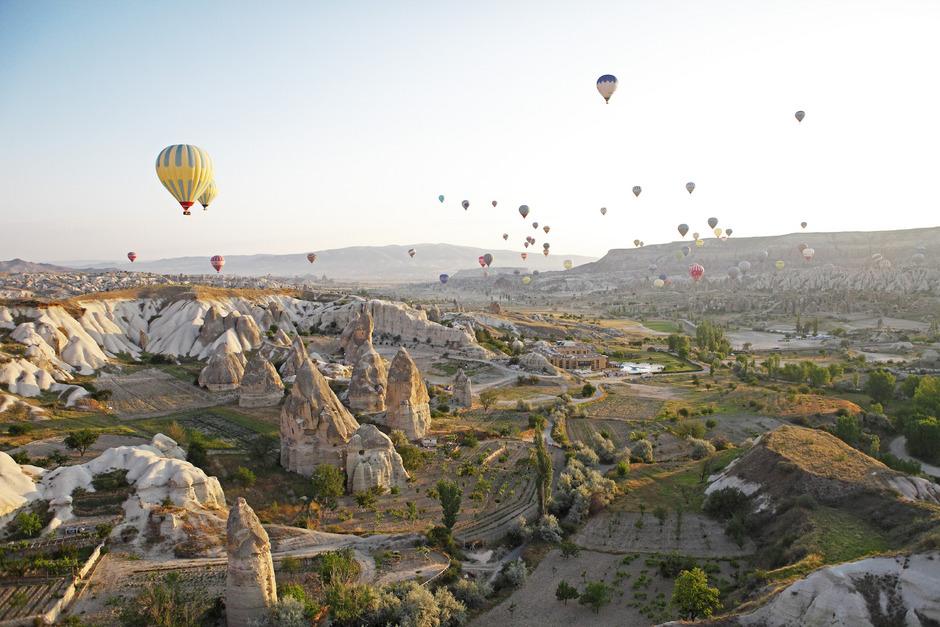 Am Morgen wird Kappadokiens Tuffsteinlandschaft von unzähligen Heißluftballons belagert. Über 1000 Urlauber können so die wundervolle Landschaft genießen - pro Tag!