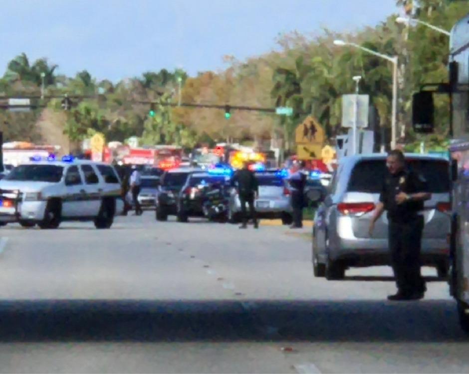 Die Polizei hat den Bereich rund um die Schule großräumig abgesperrt.