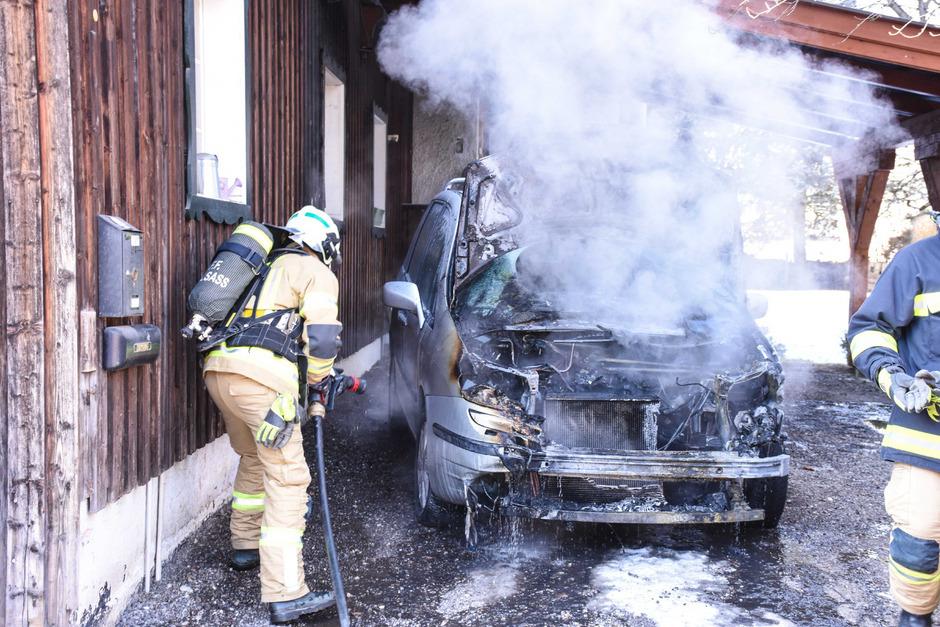Der Wagen wurde durch den Brand schwer beschädigt.
