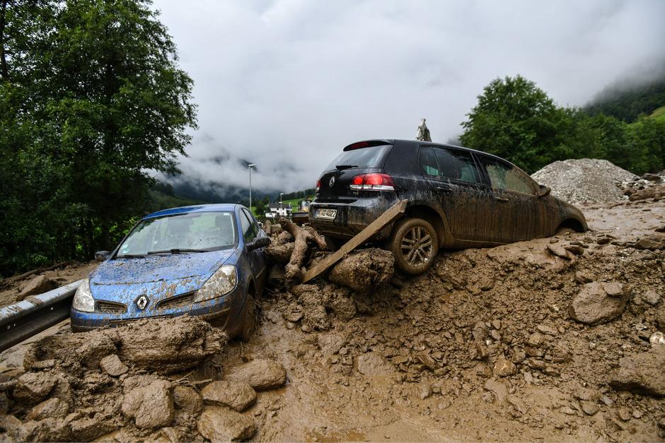 In Gschnitz riss ein Erdrutsch mehrere Autos mit. Verletzt wurde zum Glück niemand.