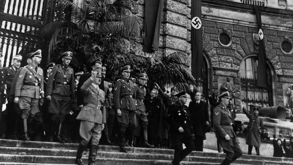 """Adolf Hitler Tage nach dem """"Anschluss"""" vor dem Wiener Heldenplatz."""