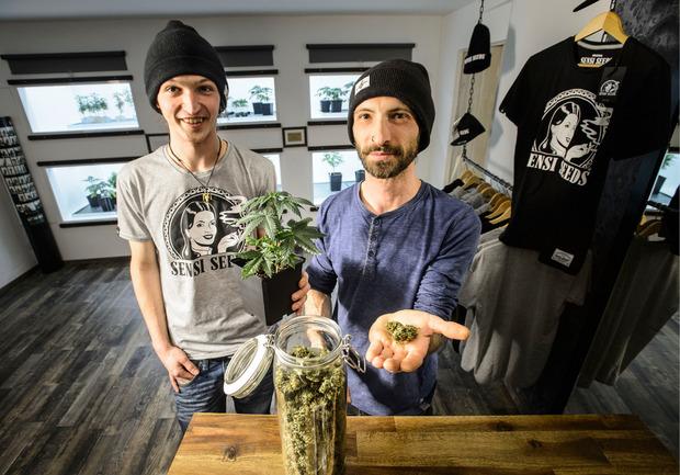 """Seit vier Wochen bieten Lukas und Stefan Sailer (r.) im """"Evergreen"""" Cannabisblüten an."""
