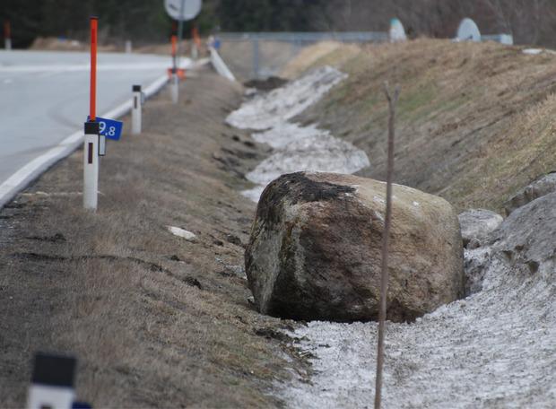 Nach einem Steinschlag oberhalb der L 19 Serfauser Straße bei Kilometer 0,8 musste dieser Verkehrsweg gesperrt werden.