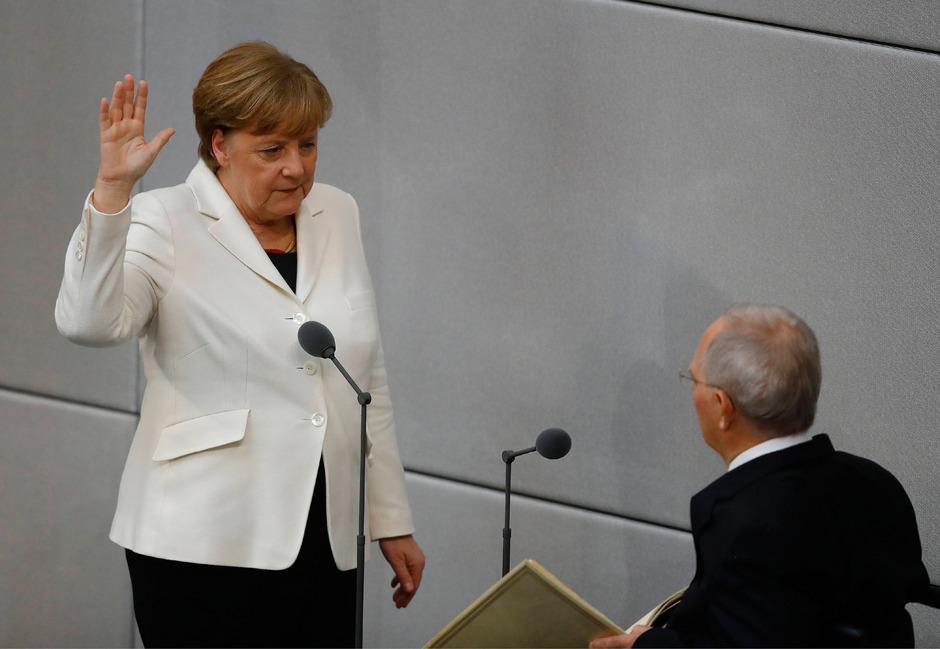 Angela Merkel legt zum vierten Mal den Amtseid ab.