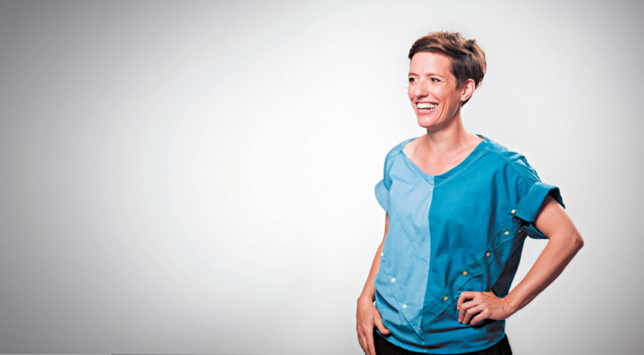"""Designerin Cloed Priscilla Baumgartner trägt Bluse """"Kati""""."""