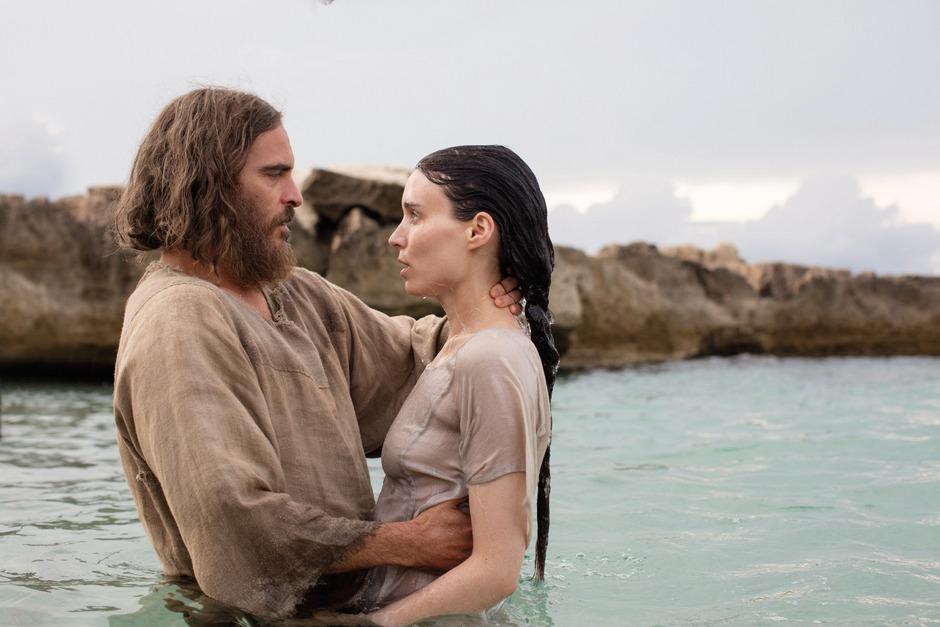 Taufe im See Genezareth: Joaquin Phoenix als Jesus von Nazareth mit Rooney Mara als Maria Magdalena.