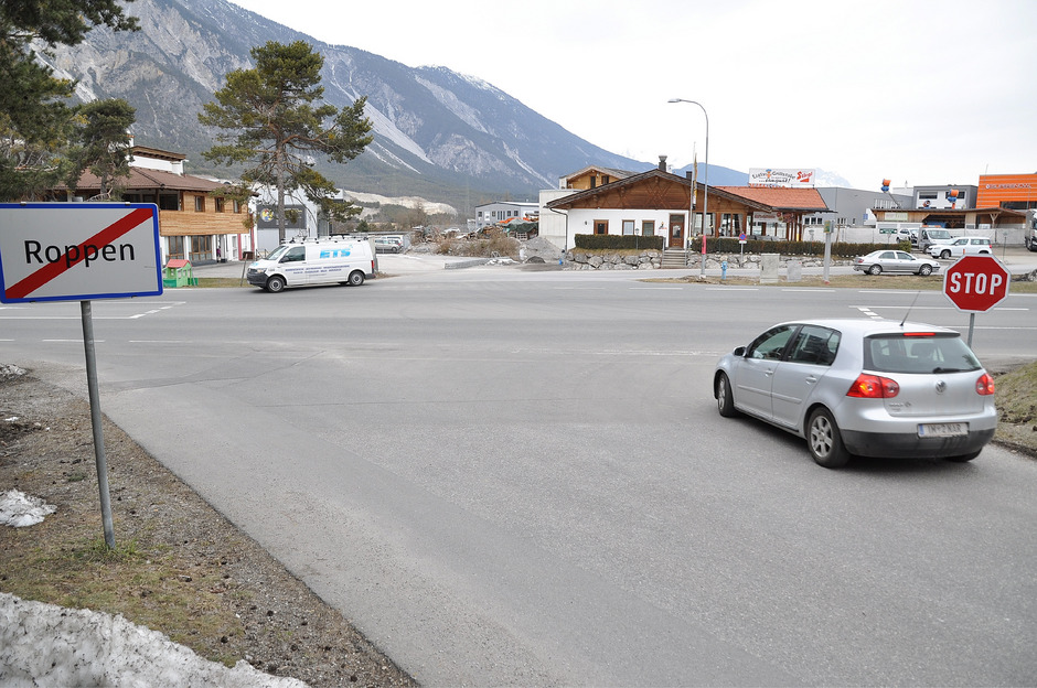 Geht es nach dem Willen des Roppener Gemeindeparlaments, wird hier an der Bundesstraße irgendwann ein Kreisverkehr die Ausfahrten von Dorf und Gewerbegebiet entschärfen.
