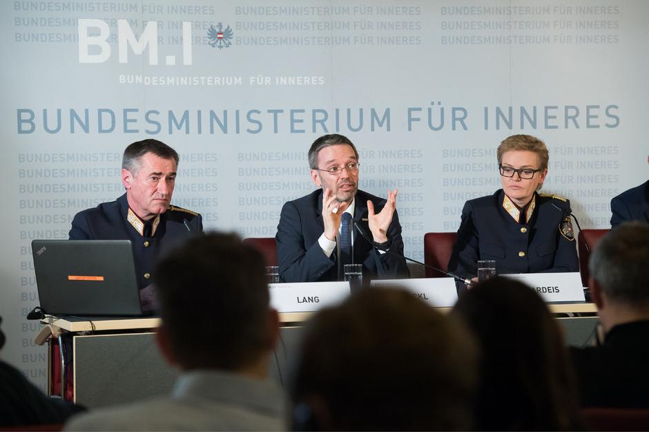 Direktor Franz Lang, Innenminister Herbert Kickl (FPÖ) und Generaldirektorin für die öffentliche Sicherheit Michaela Kardeis präsentierten Österreichs Kriminalstatistik 2017.