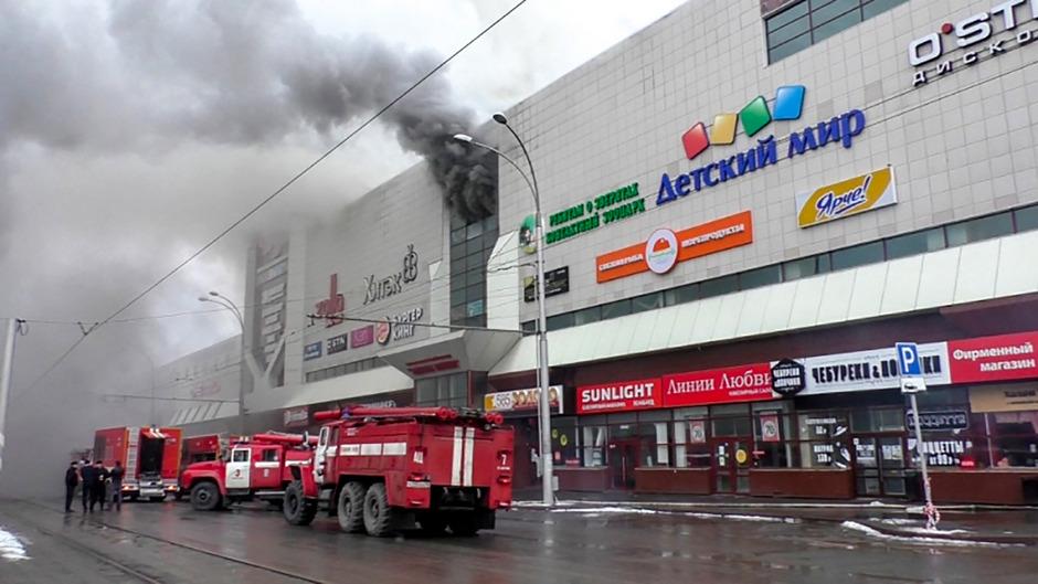 Der Brand brach im vierten Stock des Einkaufszentrums aus.