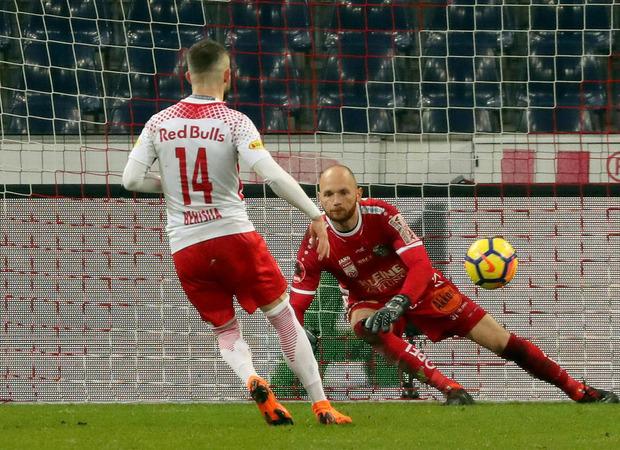 Valon Berisha blieb beim Elfmeter eiskalt, schoss Salzburg vor der Pause noch in Führung.