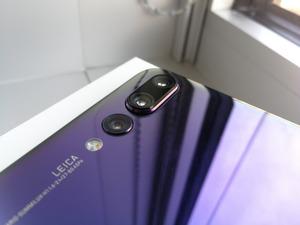 Neu auf der Rückseite ist neben der bereits im P10 verbauten Dual Leica Kamera eine dritte Linse mit einem 8-Megapixel-Teleobjektiv.