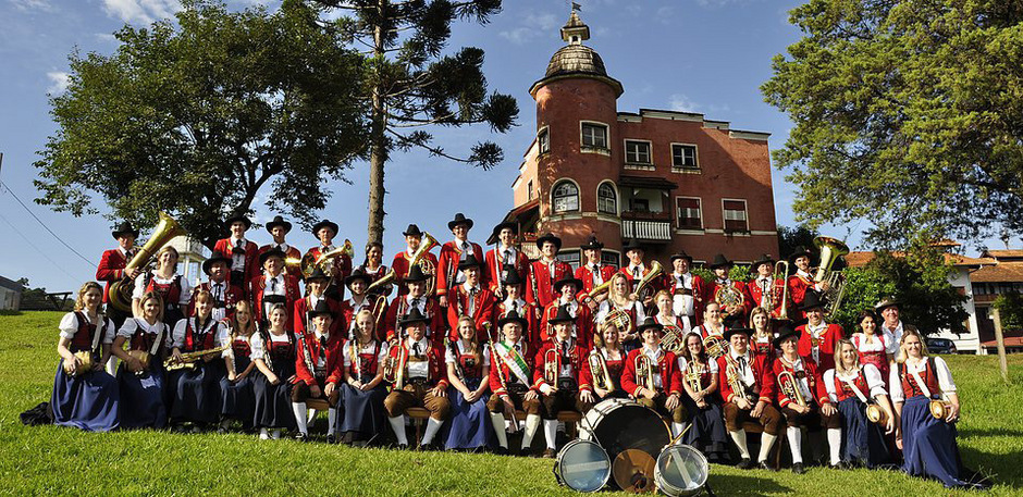 Die Musikkapelle Treze Tílias präsentiert sich in Tiroler Tracht.