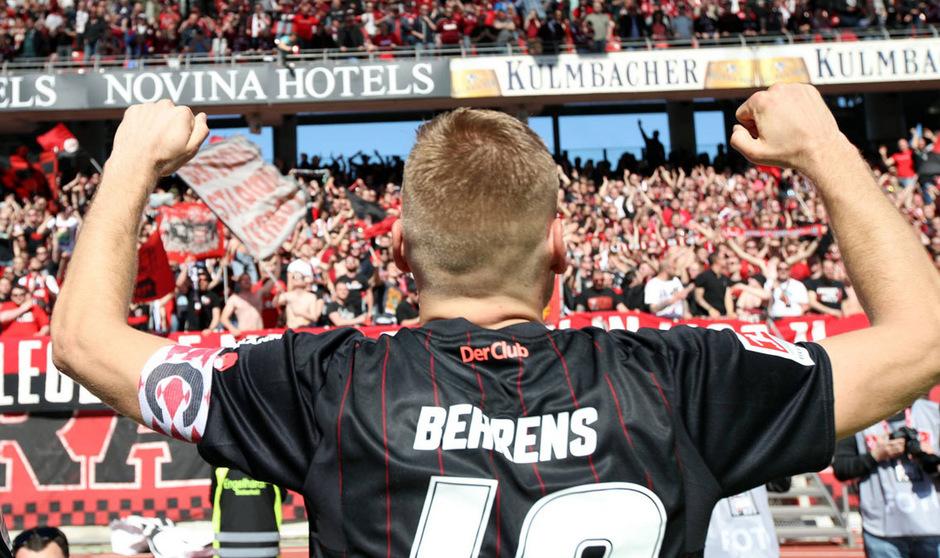 Nürnberg-Kapitän Hanno Behrens erzielte den Ausgleich und feierte mit den Fans.