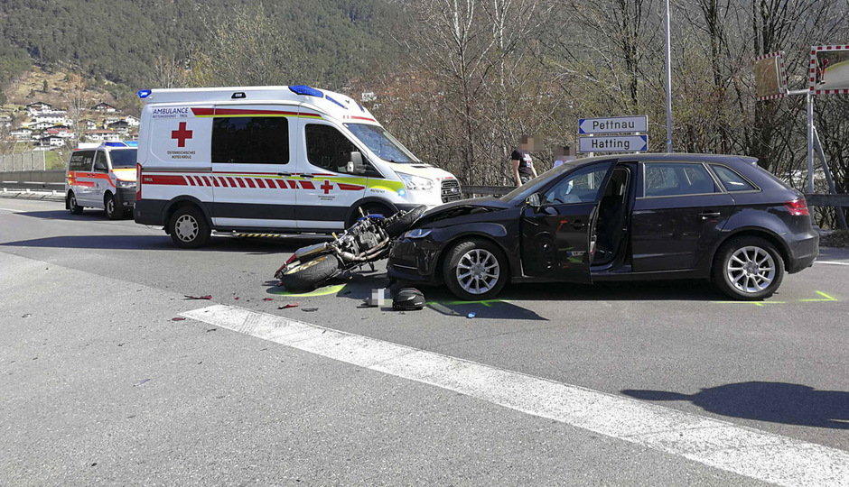 Beide Fahrzeuge wurden total beschädigt und mussten abgeschleppt werden.