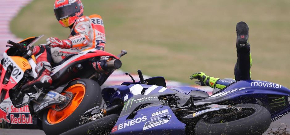 Der verhängnisvolle Moment: Valentino Rossi rutschte nach einem Rempler von Marc Marquez von der Piste.