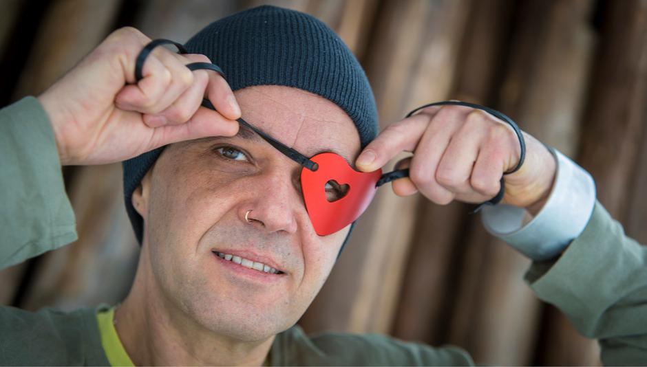 Andreas Eberharter mit einer seiner ikonischen Augenklappen und einem silbernen Armreifen am Handgelenk.