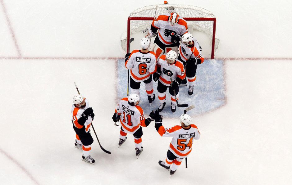 Die Flyers feiern ihren Sieg über die Penguins.