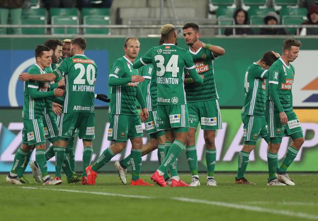 Die Rapid-Spieler jubeln über einen klaren Sieg im Wiener Derby.