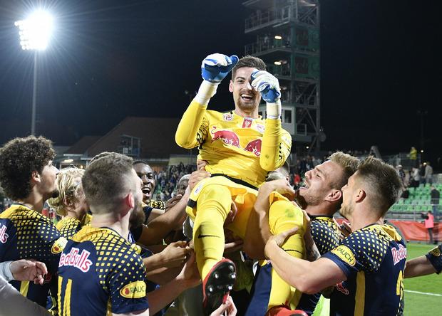 Die Bullen feierten am Ende ihren Torwart Cican Stankovic.