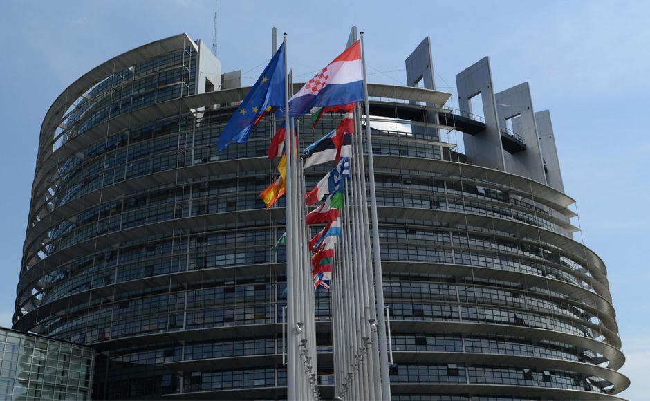 Die Mitgliedsstaaten der EU haben die neue Datenschutzgrundverordnung beschlossen, rechts IT-Experte Markus Reitshammer mit den Gesetzesbüchern.<span class=&quot;TT11_Fotohinweis&quot;>Fotos: APA/Rachlé</span>