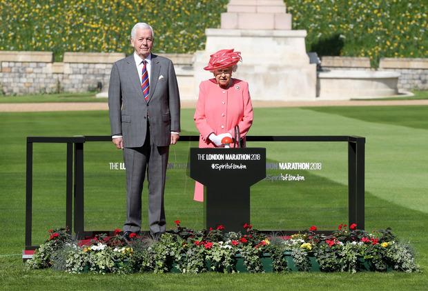 Im Hof von Schloss Windsor gab die Queen den Startschuss für den London Marathon.