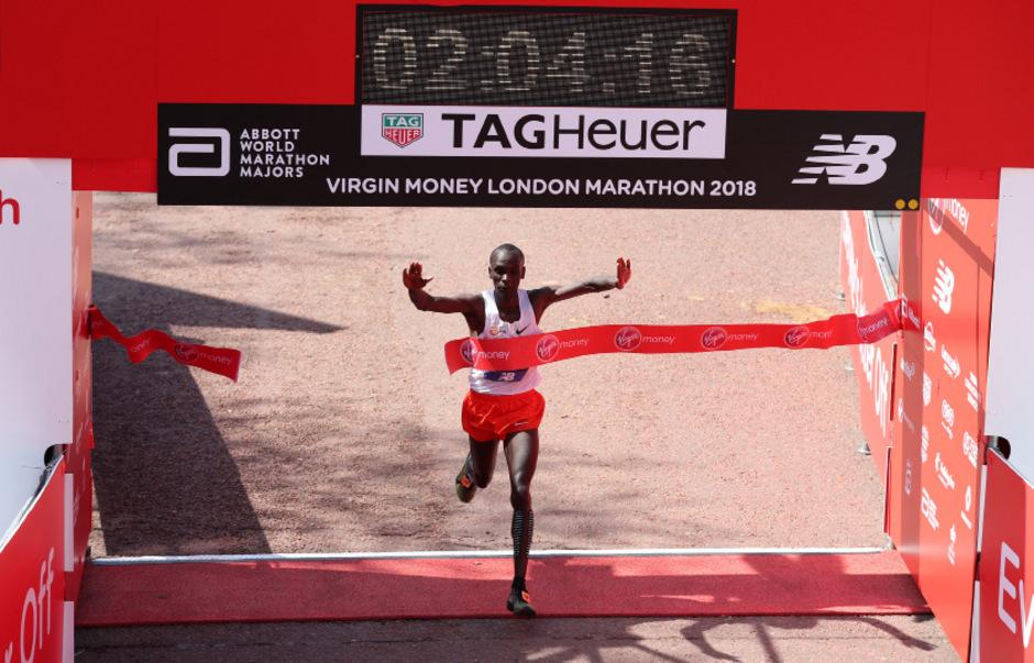 Eliud Kipchoge lief in London als Erster über die Ziellinie.