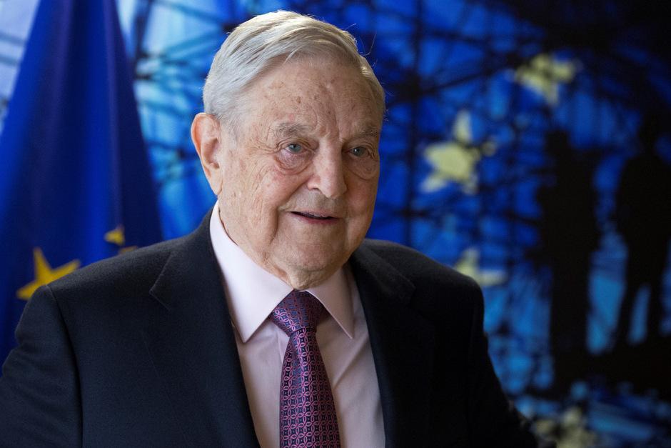 """Der US-Investor und Mäzen Georges Soros wird von der ungarischen Regierung verdächtigt, Europa mit Migranten zu """"überschwemmen""""."""