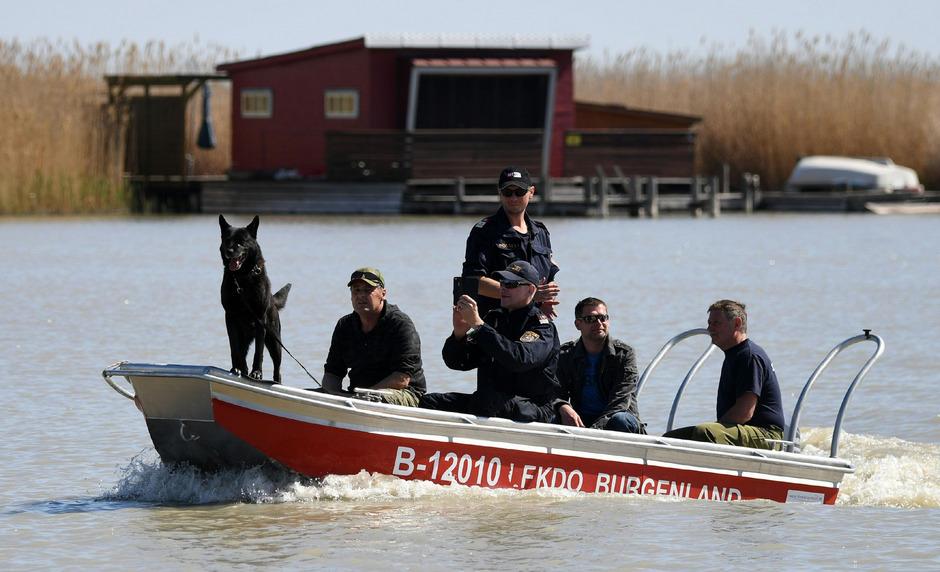 Cobra-Taucher und Hundestaffeln suchen im Neusiedler See zehn Tage nach dem Fund eines weiblichen Torsos noch immer nach den fehlenden Leichenteilen.