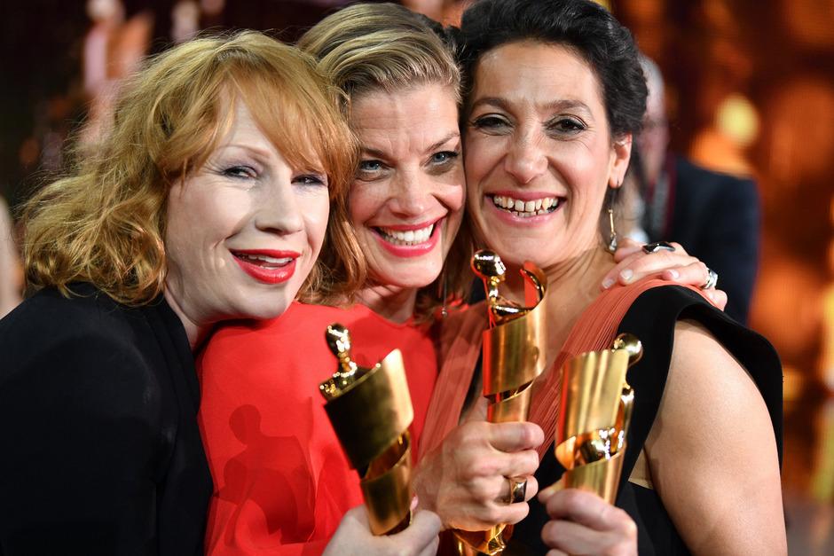 """Die Schauspielerin Birgit Minichmayr (l-r), Emily Atef und Marie Bäumer stehen nach der Verleihung des 68. Deutschen Filmpreises """"Lola"""" auf der Bühne mit ihren Preisen."""