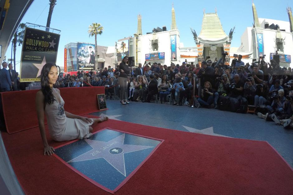 Zoe Saldana posiert auf ihrem Stern.