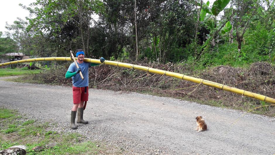 Mit Bambus und Axt zur Baustelle: Bernhard Ungerer baut im Süden Costa Ricas ein Begegnungszentrum aus natürlichen Rohstoffen.