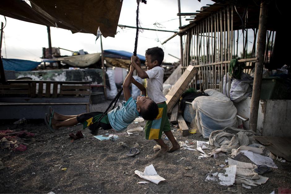 Von den 13 Millionen Bewohnern Manilas schlafen viele in Wellblechbaracken, unter Brücken, entlang der großen Straßen.