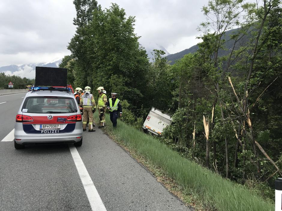 Der Lkw stürzte über die Autobahnböschung.