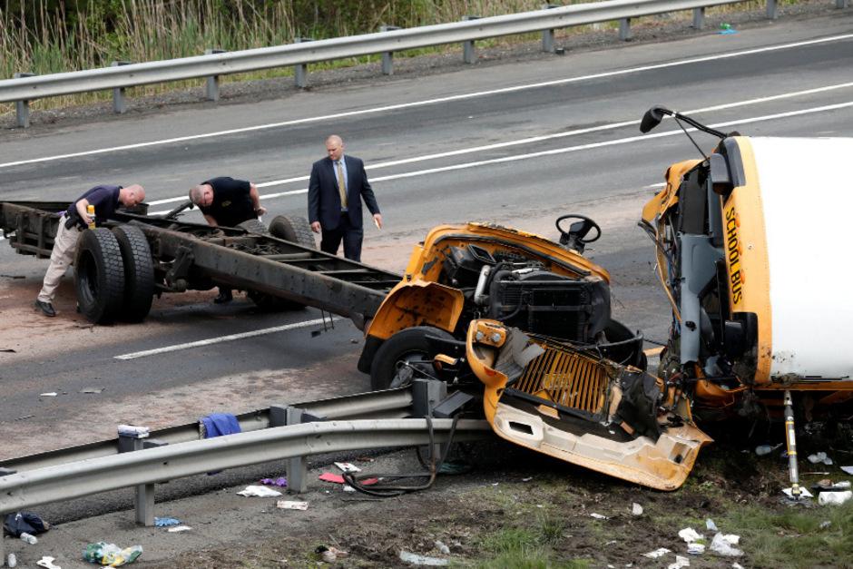 Der Bus kollidierte auf einer Autobahn in New Jersey mit einem Kipplaster.