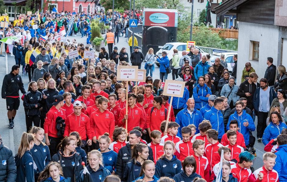 Mittendrin im internationalen Teilnehmerfeld: die Nachwuchskicker der Akademie Tirol (rot).