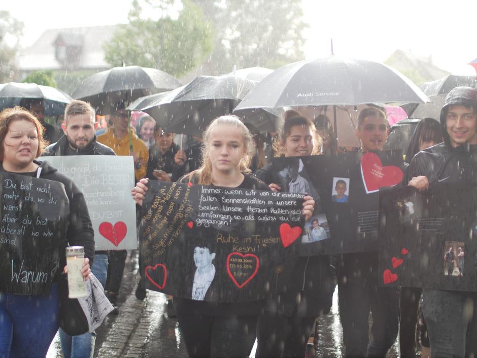 Mit einem großen Trauermarsch wurde gestern in Vorarlberg jenes 17-Jährigen gedacht, der am vergangenen Sonntag nach einer Party in Imst von einem 19-Jährigen niedergestochen worden war.