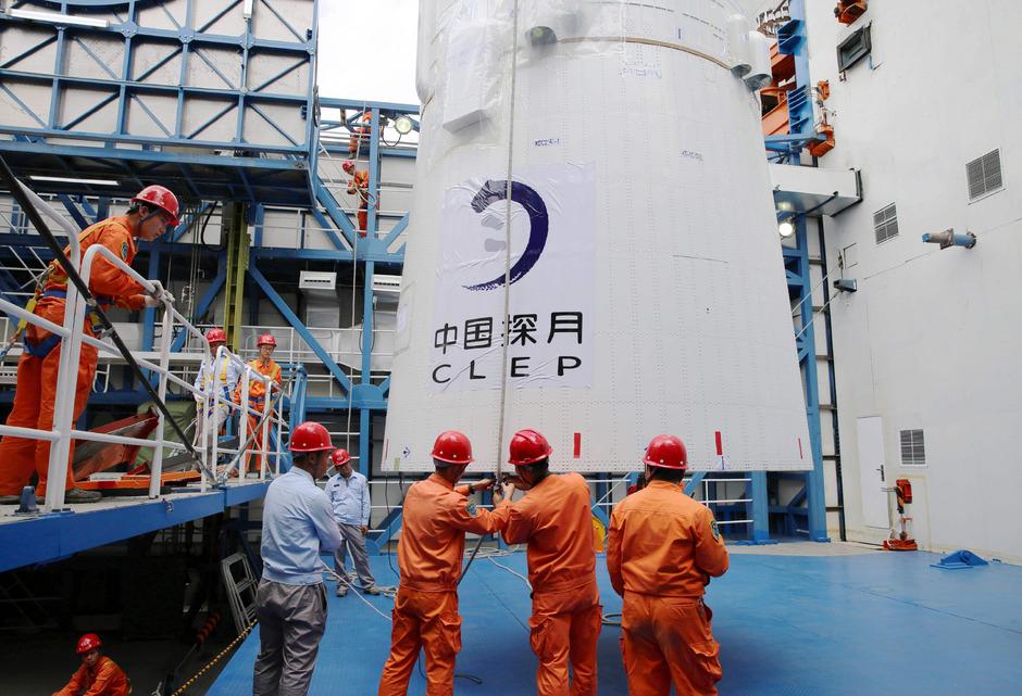 """Der """"Queqiao"""" genannte Satellit soll in dem stillen Mondumfeld auch nach leisen Radiosignalen aus den Anfängen des Universums forschen."""