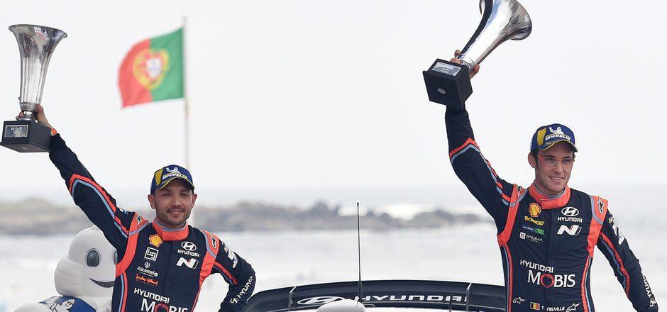 Thierry Neuville (r.) und sein Co-Pilot Nicolas Gilsoul freuten sich über den Sieg bei der Portugal-Rallye.