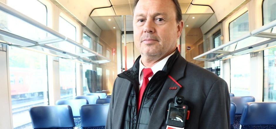 Michael Fritz ist auf der Regionalbahn-Strecke Friesach ? Lienz als Zugbegleiter unterwegs. Er demonstriert die neue Bodycam.