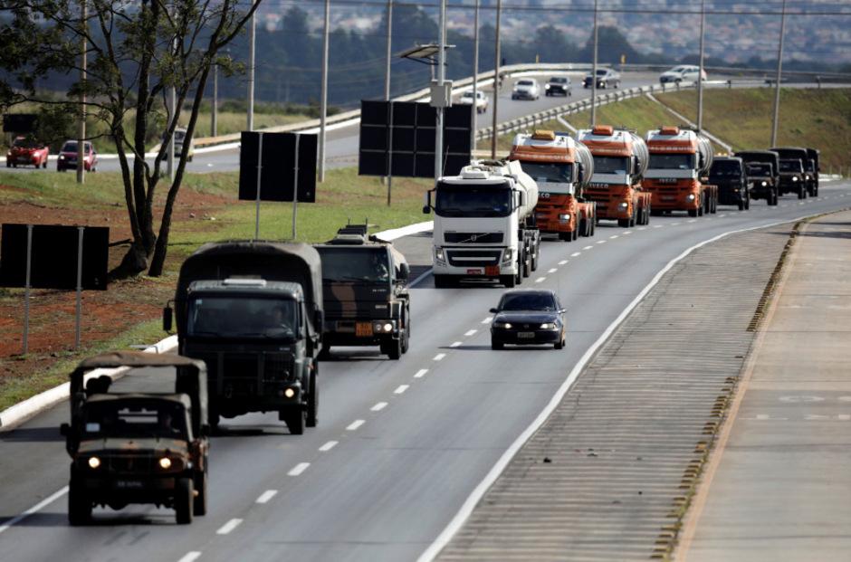 Das Militär eskortierte Lkw mit Treibstoff zum Flughafen von Brasilia.