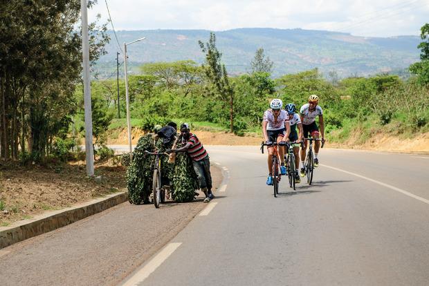 Der Reinerlös aus dem Verkauf der Bilder soll ein Stipendium für zwei junge Rennfahrer aus Ruanda finanzieren.