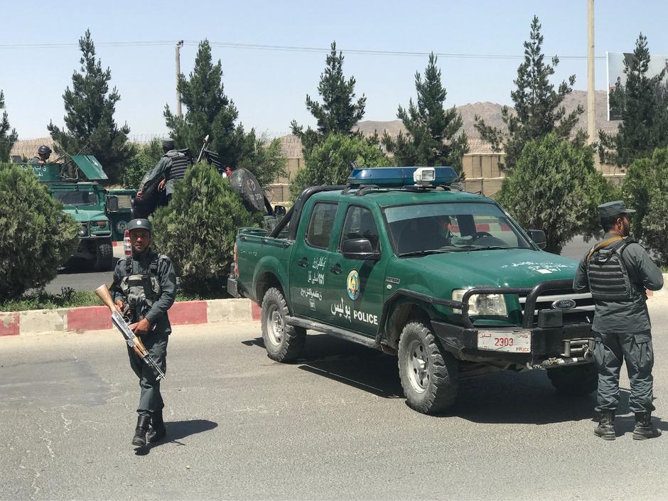 Afghanische Polizisten sichern die Straße ab.