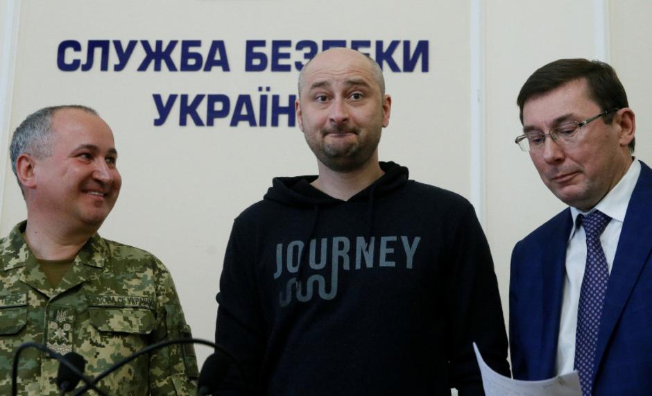 SBU-Chef Wassili Grizak, der quicklebendige Arkady Babtschenko und der ukrainische Generalstaatsanwalt Jurij Lutsenko bei der Presskonferenz am Mittwoch.