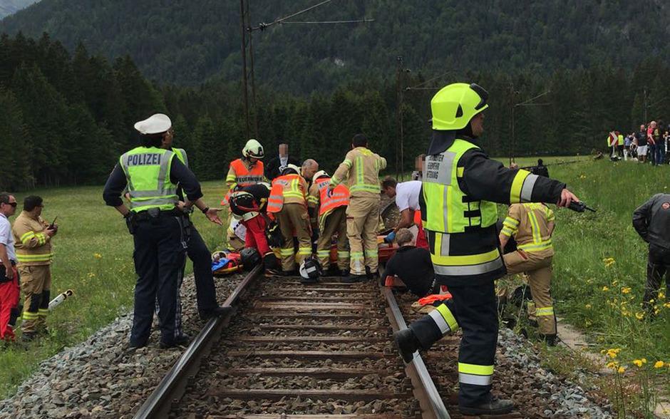 Die 50-Jährige wurde von der Bundesstraße auf die direkt daneben verlaufenden Gleise geschleudert.