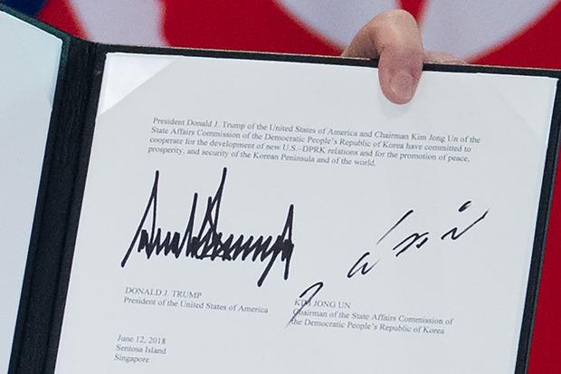 Die Unterschritften Trumps und Kims auf dem Abschlusdokument.