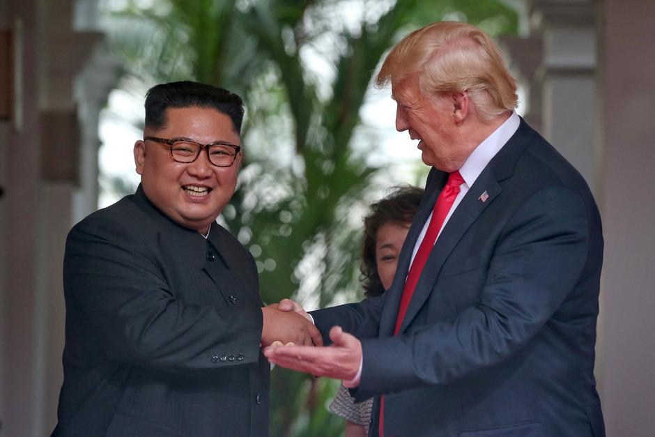 US-Präsident Donald Trump (r.) schüttelte Nordkoreas Machthaber Kim Jong-un mehrfach die Hände.