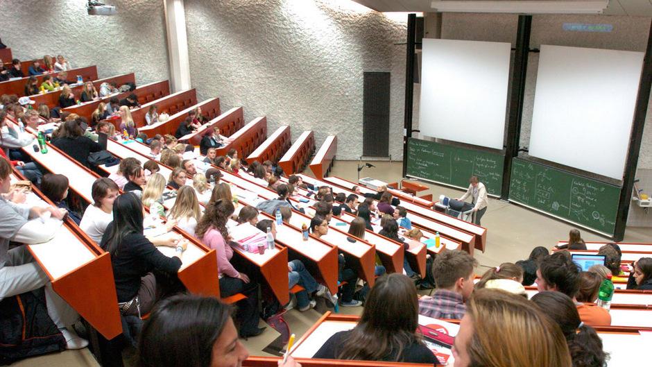 Uni erlässt vielen Berufstätigen weiter Studiengebühr