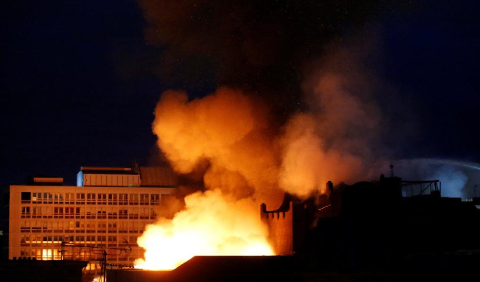 Der 2014 schon einmal vom Feuer verzehrte und anschließend mit Millioneninvestitionen restaurierte Sandsteinbau ging in der Nacht auf Samstag erneut in Flammen auf.