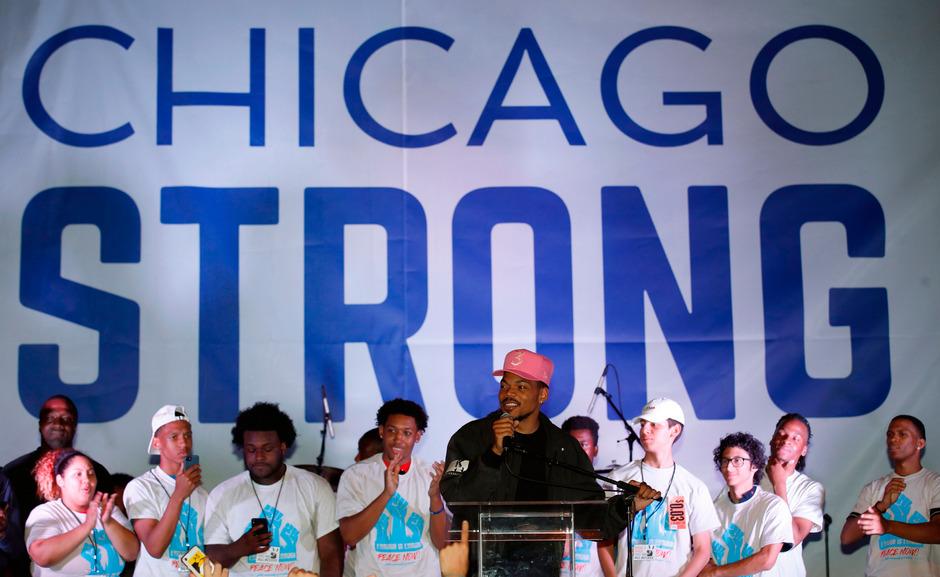 Chance the Rapper bei der Kundgebung am Freitag in Chicago.